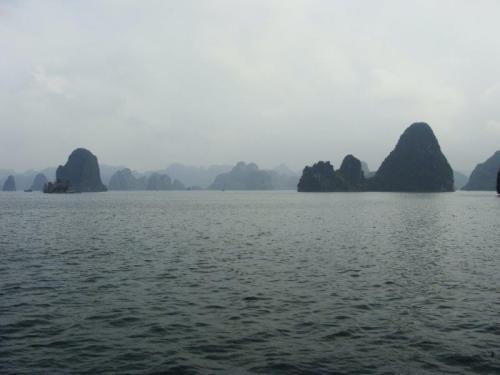 Halong Bay - tem mais rochas que água