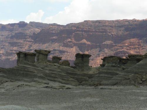 Formações curiosas com Barrancas Coloradas ao fundo