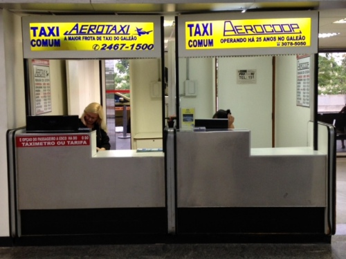 Guichês de empresas de táxi comum - piso de desembarque