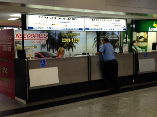 Guichês de empresas de táxi especial - piso de desembarque