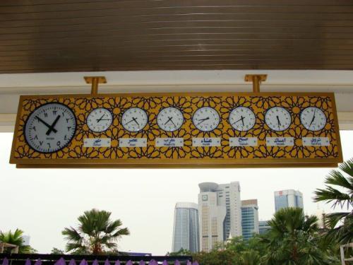 Mesquita Nacional na Malásia. 7 orações diárias com hora marcada.