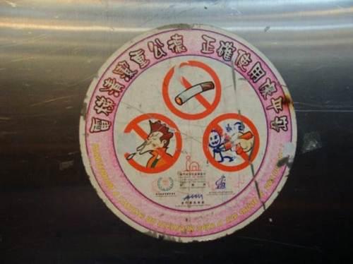 Nem os avisos de proibição são capazes de deter as escarradas no elevador