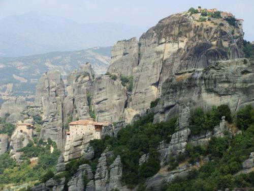 Monastérios pendurados nas rochas finas como agulhas