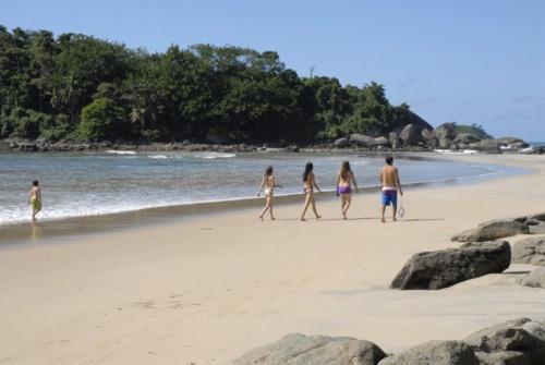 Um esforço mínimo na trilha para se alcançar um paraíso: praia branca