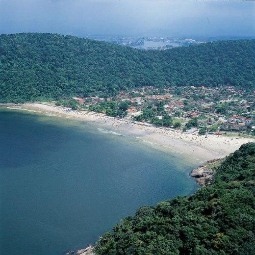 Cercada por Mata Atlântica a praia de Guaiúba é outra joia do Guarujá