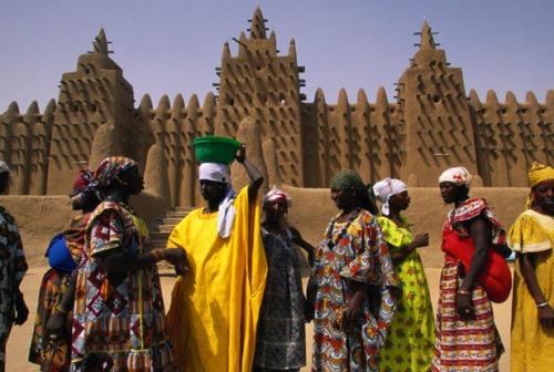 Lugar de muitas cores com em todo mercado africano