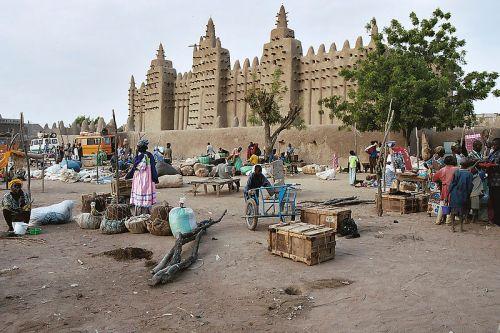 Tradicional mercado semanal em frente a mesquita