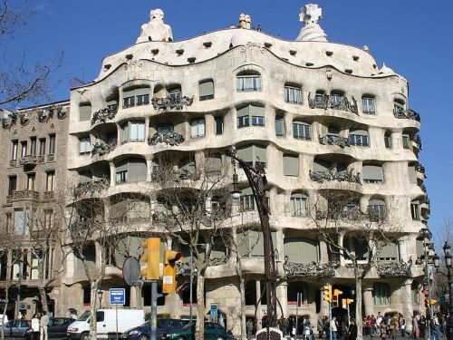 Vista fronta da Casa Milá ou La Pedrera (foto do site Wikipedia)