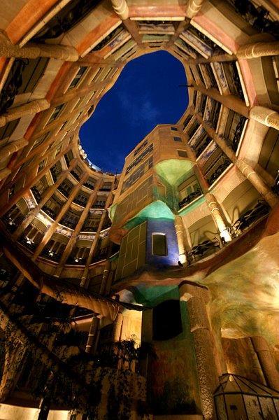 Imagem noturna do pátio aberto (foto do site Wikipedia)
