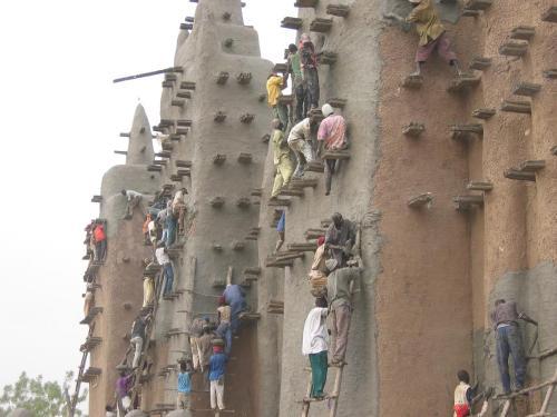 Dezenas de pessoas no trabalho de manutenção apoiadas nos torons (Foto do site viaggi.repubblica.it)