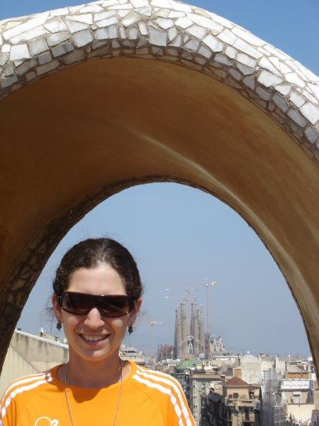 Do telhado da Casa Milá dá para ver ao fundo outra obra prima de Gaudí: A Sagrada Família