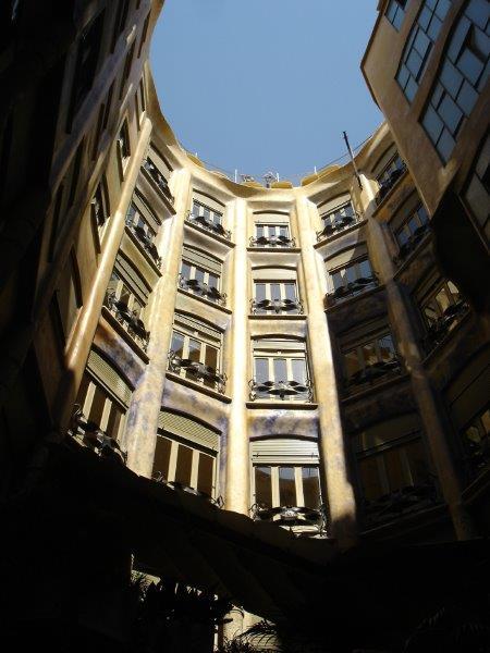 O formato da construção garante iluminação natural para todo o prédio durante o dia como pode ser visto na foto