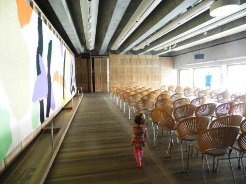 Amélie caminha pela Sala Utzon