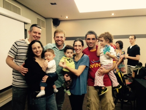 A família Quatro Cantos do Mundo confraternizando com o palestrante