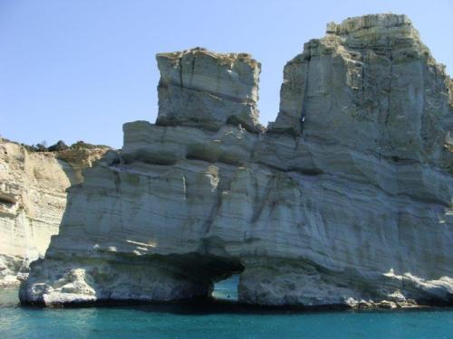 Reparem no tamanho da pessoa no buraco entre as pedras