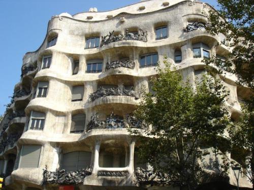 A fachada em forma de ondas