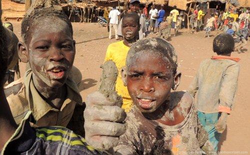 Crianças ainda sujas de mexer a massa (Foto do site papillonreizen)