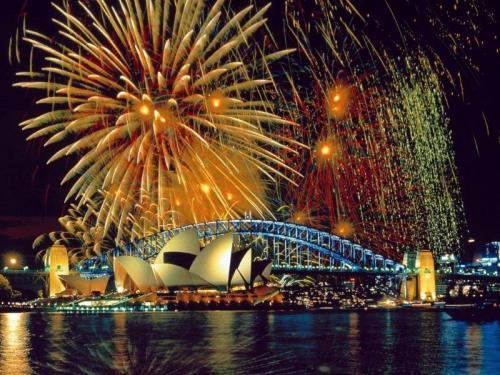 Sydney Opera House assistindo a tradicional queima de fogos do Ano Novo (foto wallpaperweb.org)
