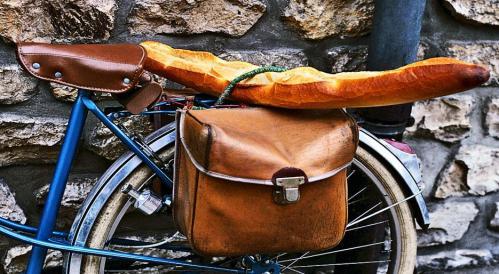 Além da mão pode ser levado também sem cerimônias na garupa da bicicleta