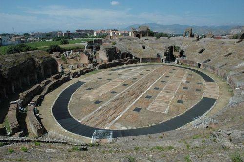 Apesar da invasões a Arena de Cápua resiste (Foto do site en.wikipedia.org/wiki/Capua)