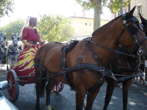 Preparativos para corrida de bigas romanas na arena