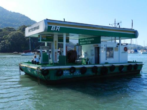 Posto de gasolina de barcos logo na saída do passeio