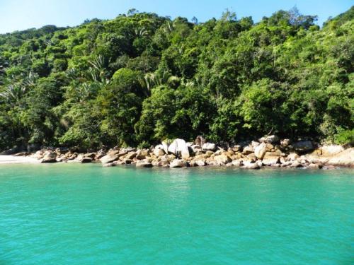 A inacreditavelmente verde água das Praia das 7 Fontes