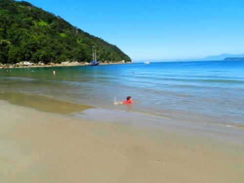 Amélie se divertindo na Praia das 7 Fontes