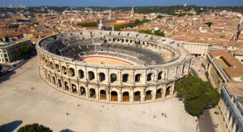 A mais bem conservada de todas as arenas romanas. Nem um pedacinho faltando. (Foto do site http://www.arenes-nimes.com/)