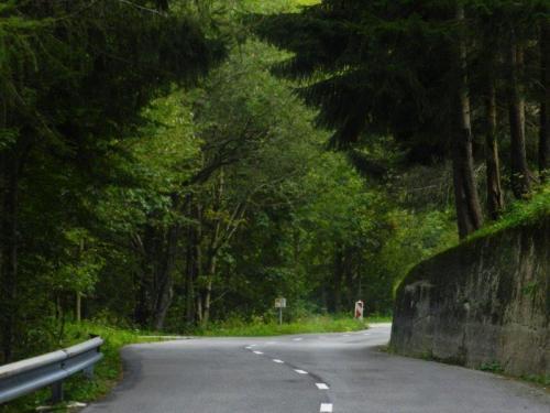 Estrada serpenteando pelas montanhas