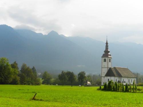 Igreja perdida num campo verde