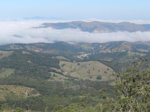 A vila de Conceição do Ibitipoca encravda entre as montanhas