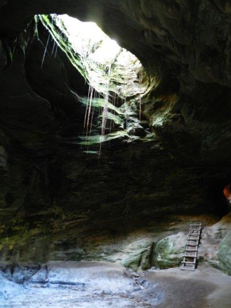 Grande claraboia no teto da gruta