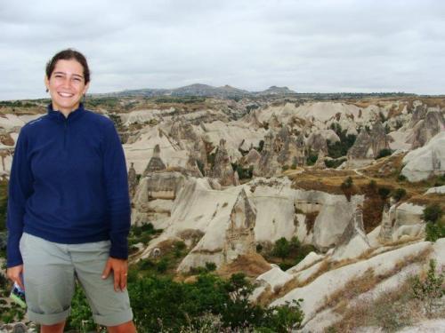 Uchisar: contraste das rochas claras e escuras em forma de torres