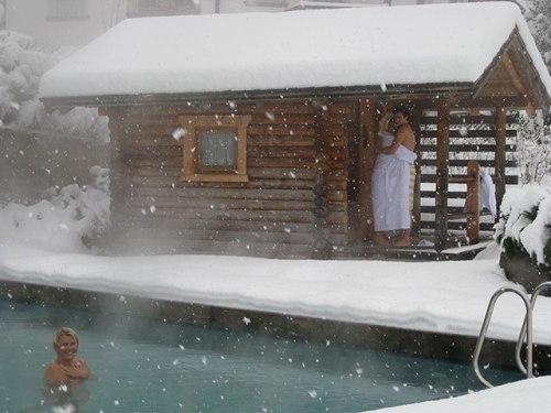 Vai encarar a piscina com borda de neve saindo da sauna?