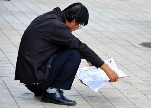 Lendo jornal, de cócoras é sempre a posição favotita