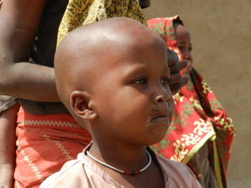 Criança Masai que com certeza passou pelo ritual da cusparada