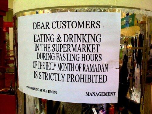 Nunca coma em público durante o dia. É uma ofensa