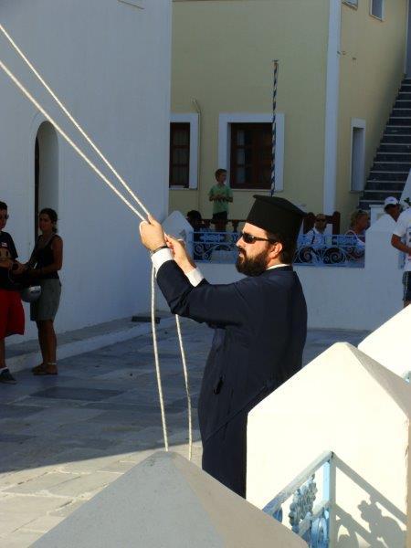 Em Santorini até o sacerdote tem estilo