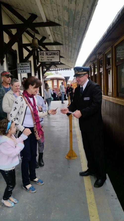 Recepção feita pelo bilheteiro na entrada do trem