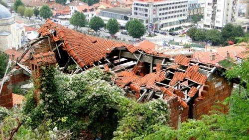 Casa destruida no centro da cidade