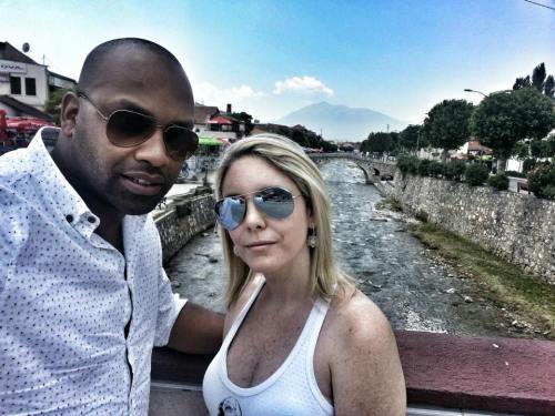 Com minha esposa curitndo as águas cristalinas em Prizren