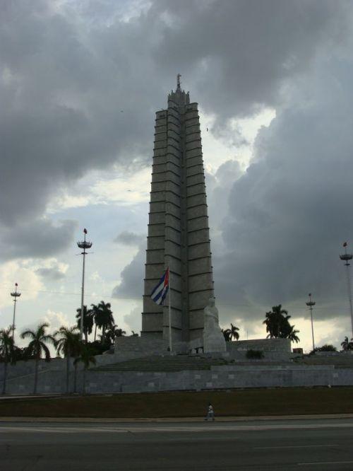 Plaza de la Revolución com bandeira cubana e estátua de José Martí