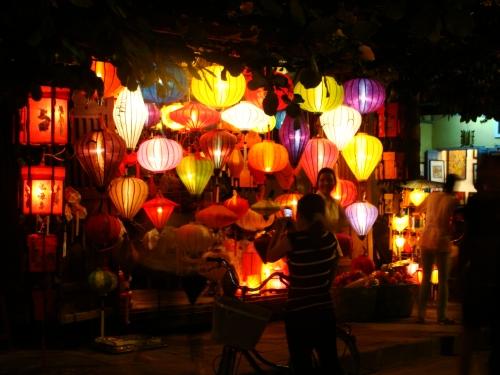 Tradicionais luminárias com a não menos típica bicicleta