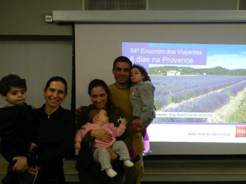 Família Quatro Cantos do Mundo confraternizando com Isabela