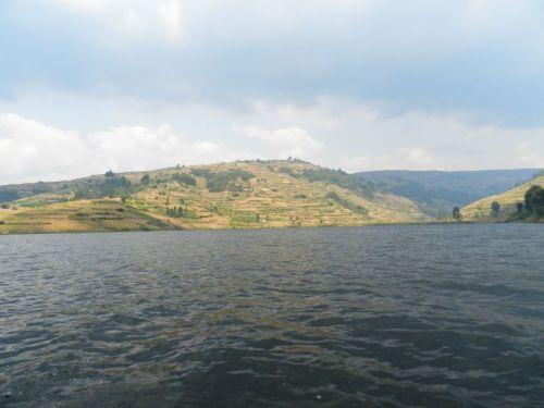 Vista do lago Bunyonyi durante passeio de canoa