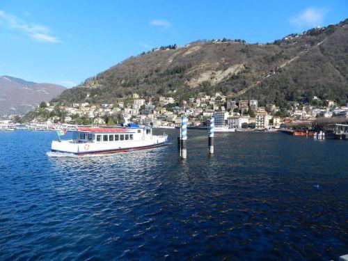 Embarcação turística que navega pelo Lago Como