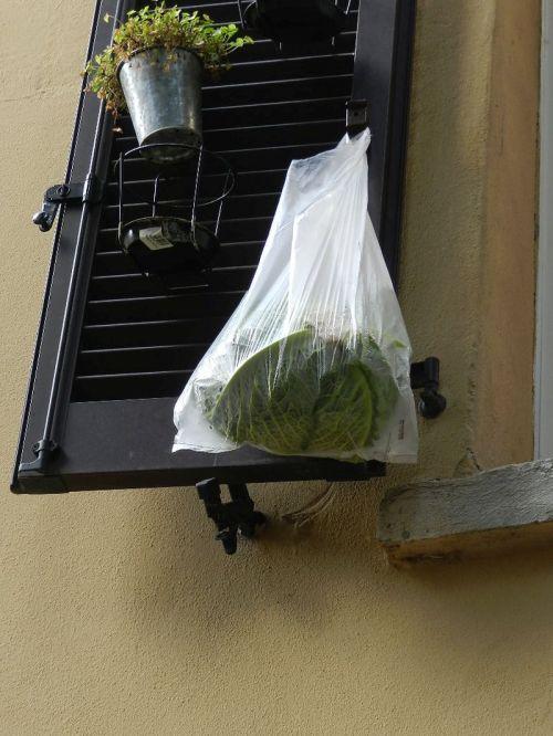 O que faz um repolho pendurado na janela? Italianos me respondam por favor
