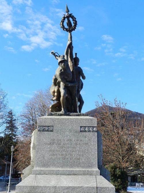 Monumento aos heróis da primeira guerra mundial que lutaram contra os arianos. Pouco tempo depois seriam aliados