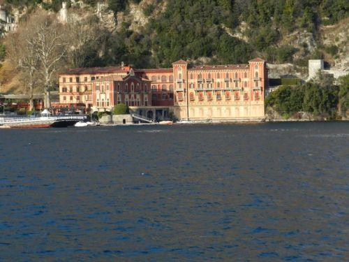 Imponentes palácios estão a beira do Lago Como